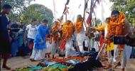 ৫০০ বছরের প্রথা : নারীর উপর দিয়ে হাঁটলেই সন্তান লাভ