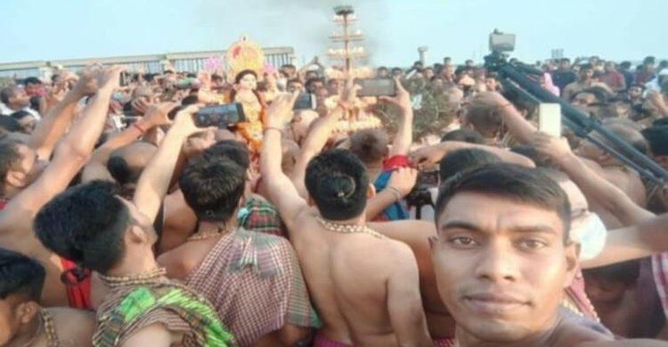 সরকারি বাধা অমান্য করে যাদুকাটা নদীতে পূণ্যার্থীদের ঢল : হিমশিম খাচ্ছে প্রশাসন
